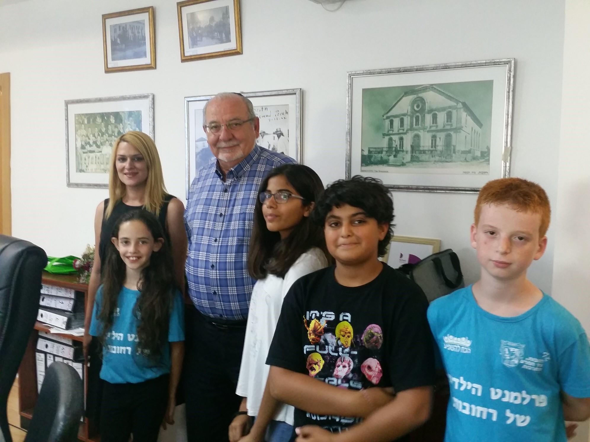 ילדי וילדות פרלמנט הילדים העירוני עם ראש העיר רחמים מלול
