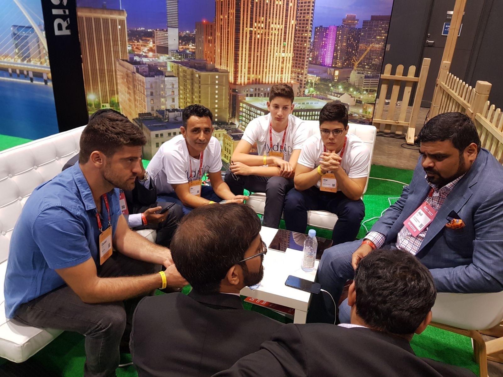 ישיבה עם הודים שמתעניינים בטכנולוגיה