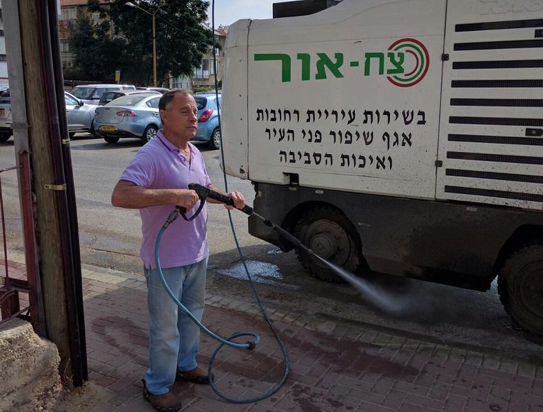 גיורא בן ארי ומכונת הניקיון החדשה ברחובות