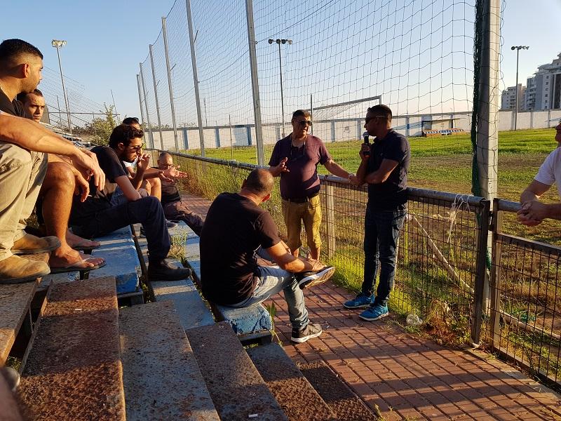 מפגש האוהדים במגרשה של שעריים (צילום: ישראל סרנגה)