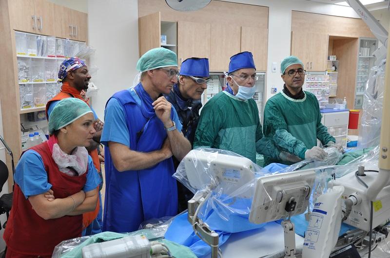 צוות הקרדיולוגים במהלך צינתור בתלת מימד (צילום: אפרת שררה, בית החולים קפלן)
