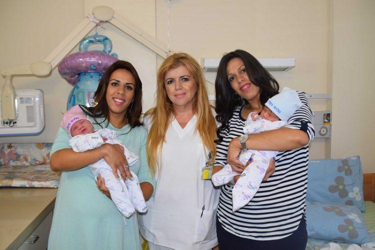 שתי האחיות מוריה והודיה עם אחות מחלקת היולדות שרה משהאשוילי (צילום: אפרת שררה, בית החולים קפלן)