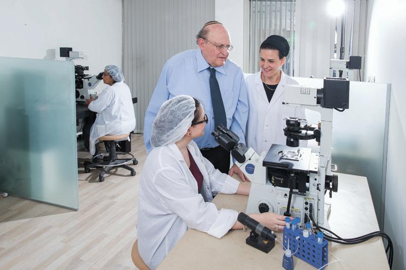 """ד""""ר רעות ברטוב ופרופסור בנימין ברטוב (צילום: דפנה טל)"""