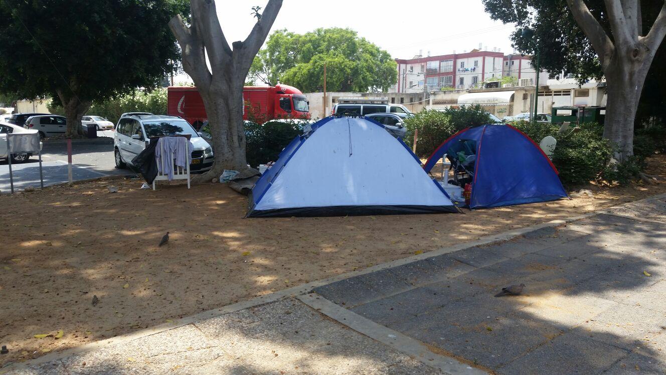 חיים באוהלים בקרית עקרון (צילום: ארז שרווינטר)