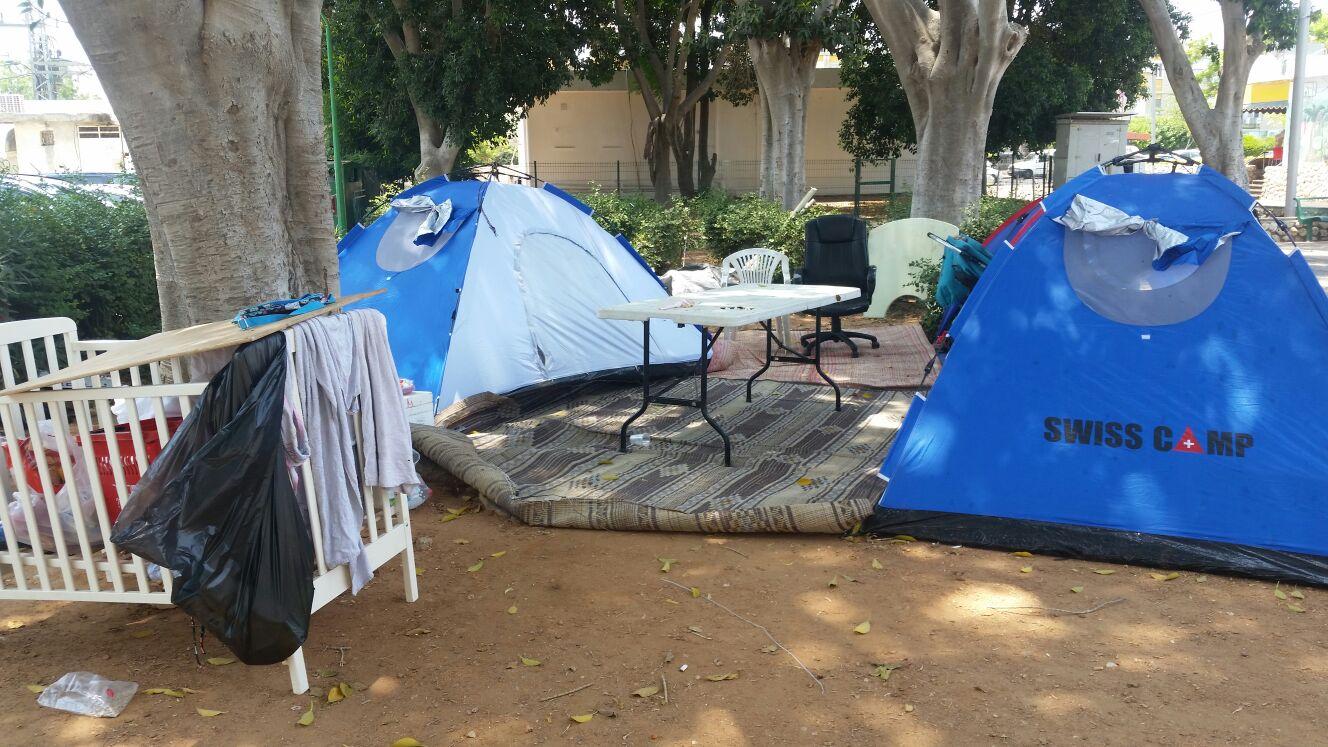 חיים באוהלים בקרית עקרון