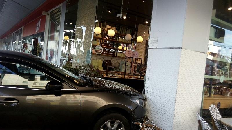 נכנס עם הרכב לסניף רולדין (צילום: דוברות איחוד הצלה)