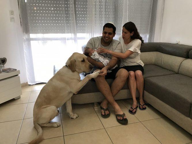 בני הזוג אסייג בביתם עם אריאל יוסף וניאון (צילום: אפרת שררה ואופיר לוי, בית החולים קפלן)