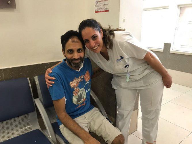 ניב נחמיה והצוות הרפואי (צילום: אפרת שררה, בית החולים קפלן)