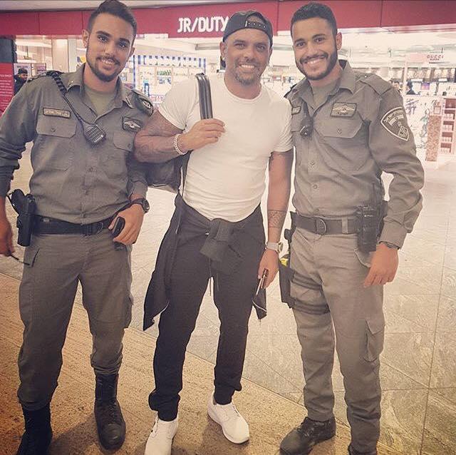 אייל גולן וחיילים בשדה התעופה