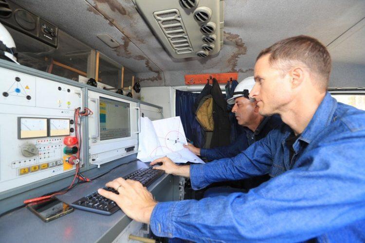 עובדי חברת החשמל בפעילות לאיתור כבל החשמל התת-קרקעי הפגוע (צילום: יוסי וייס, חברת החשמל)