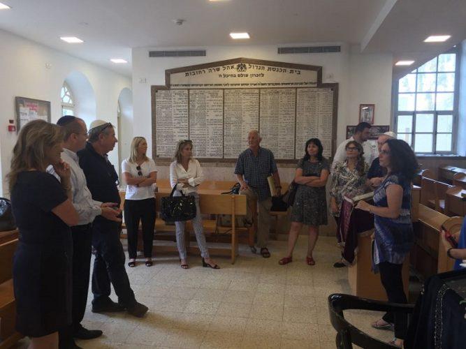 """סיור הח""""כים בבתי הכנסת ברחובות ומזכרת בתיה"""