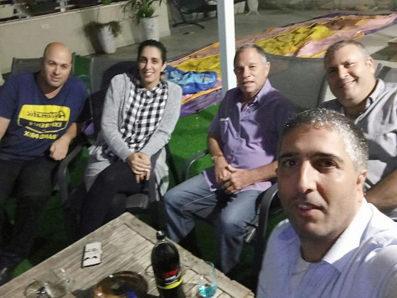 גיורא בן ארי ואנשי מחאת הזבל בפגישת הסולחה