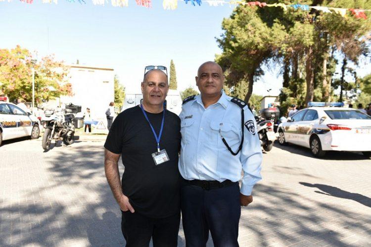 רוני אברהם וניצב משנה איתמר עומייסי (צילום: דוברות המשטרה)