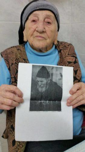 דבורה אנגל עם תמונת אביה ז״ל שנספה בשואה
