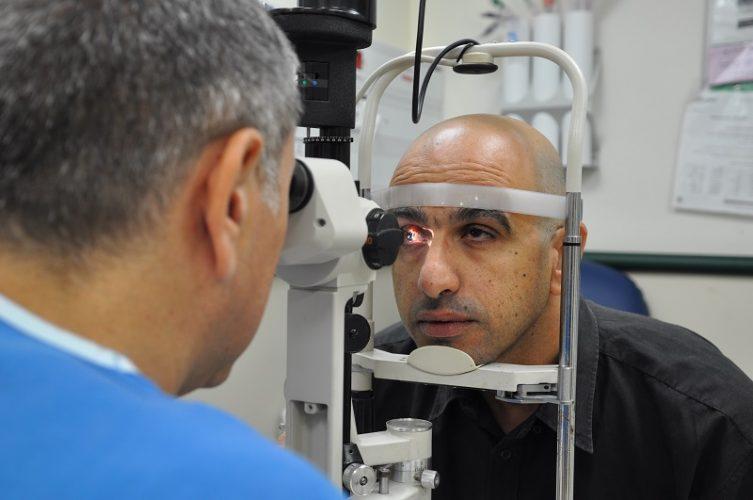 פרופ' קליינמן בודק את עינו של שחר ברזילי (צילום: אפרת שררה, בית חולים קפלן)