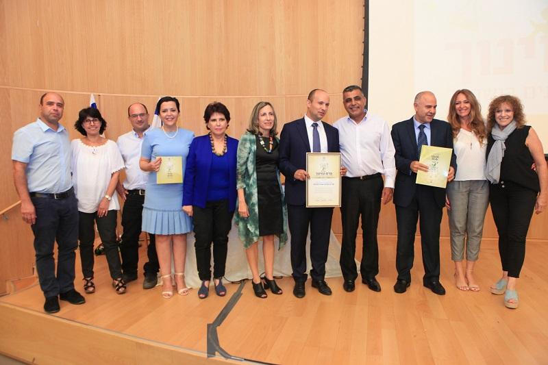סמדר קרפובסקי (מימין) בעת קבלת פרס חינוך ארצי לבית הספר אורט רחובות