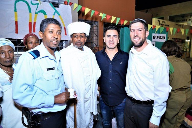 מימין: הרב אבי שיש, גולן ביטון, הקייס בורקו טגניה והשוטר הקהילתי זאודו בבוש (צילום: מני דקל)