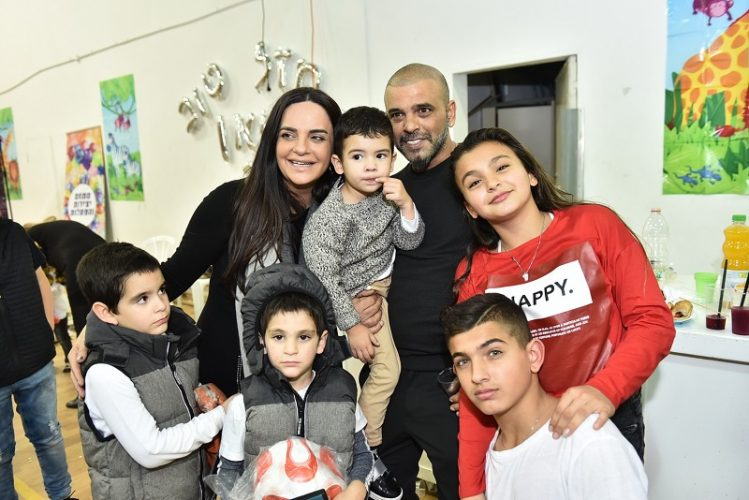 אייל גולן, אופירה אסייג והילדים ביום ההולדת של יאן (צילום ארן חן צלמים)
