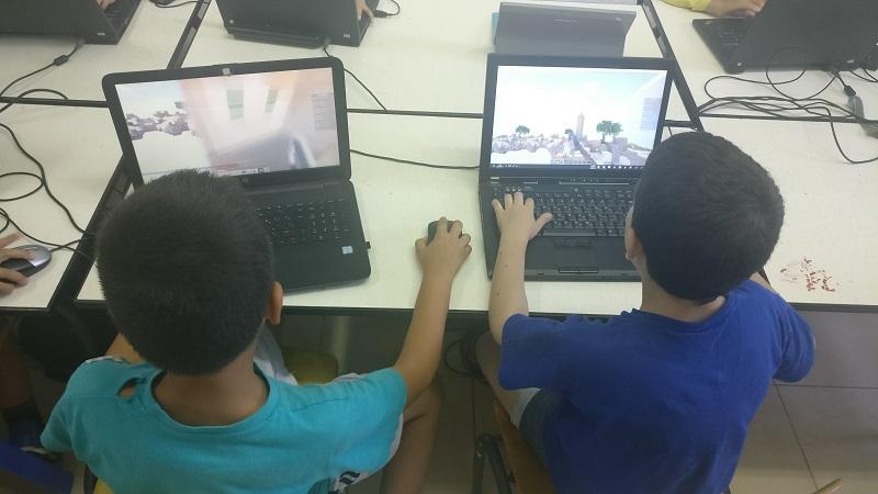 ילדים שקועים במשחק מיינקראפט (צילום: מכללת סייברנט)