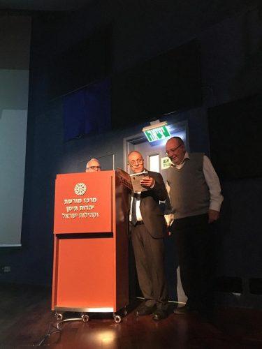 דר אמנון מעבי מעניק לראש העיר את ספרו בהקדשה חגיגית