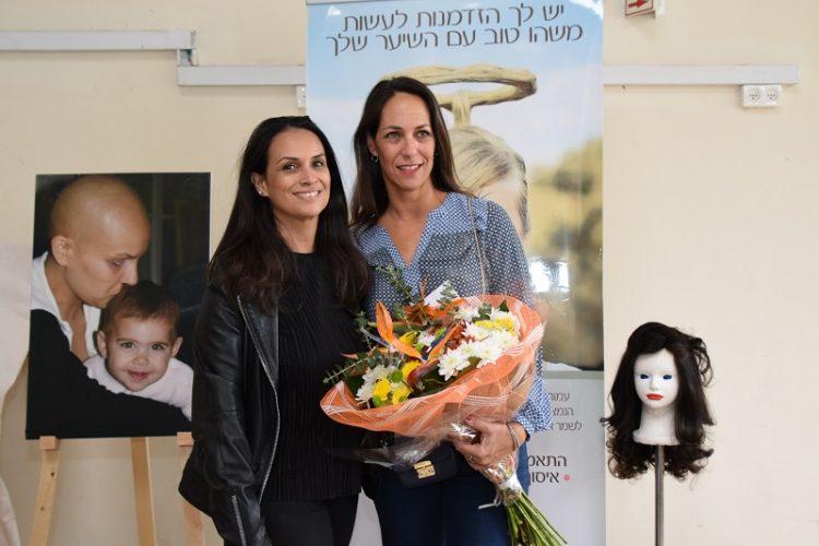 עמית וקארן ליד צילום מהמאבק בסרטן (צילום: אפרת שררה, בית החולים קפלן)