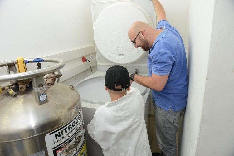 """נועם עם ד""""ר יעקוב חנא מהמחלקה לגנטיקה מולקולרית (צילום: איתי בלסון, מכון ויצמן למדע)"""