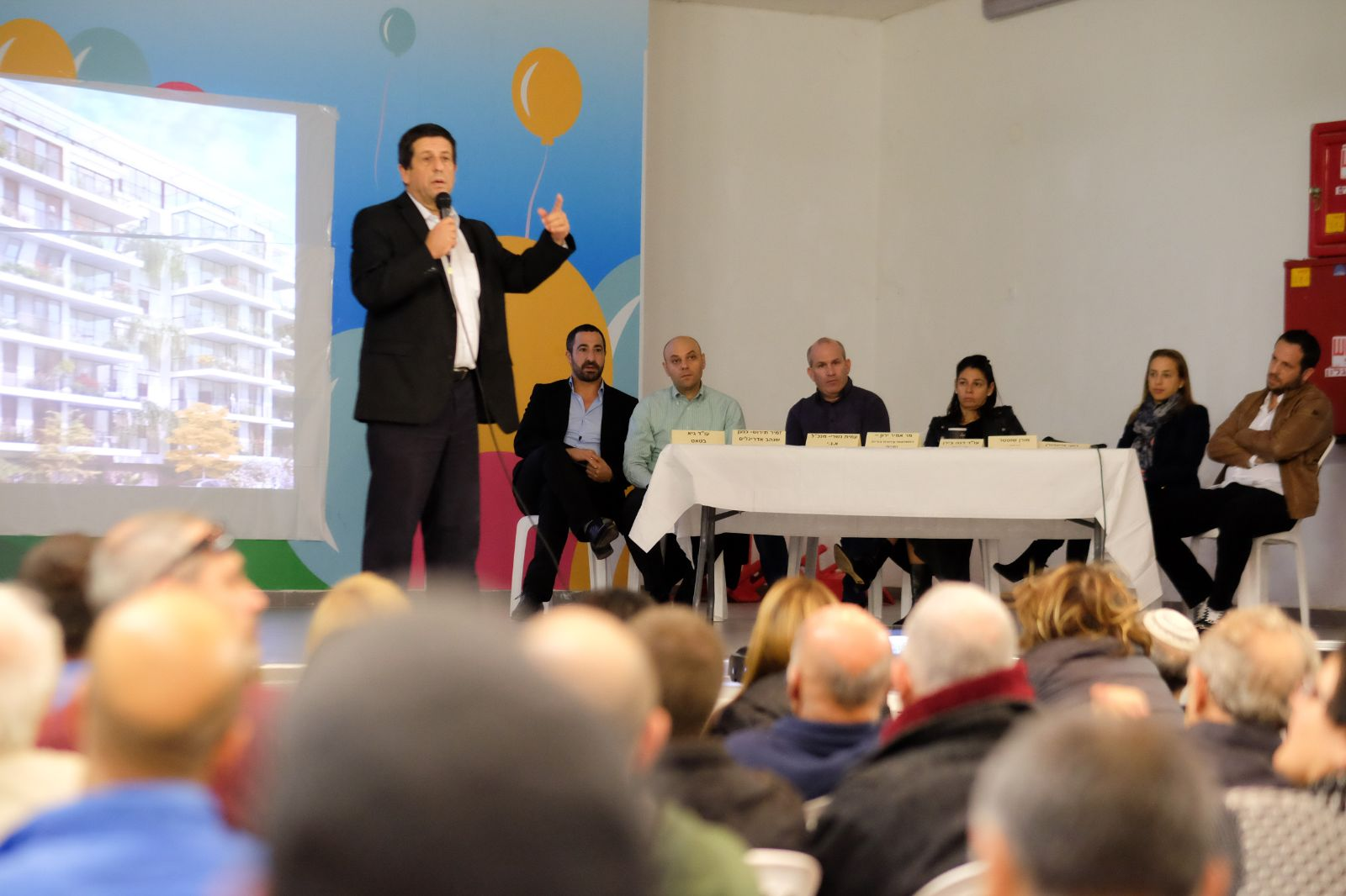 אמיר ירון בכנס עם תושבי כפר גבירול (צילום: אסף ספקטור)