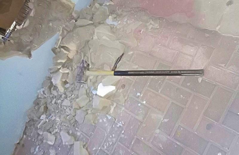 הפטיש ששימש לשבירת קיר החנות (צילום: דוברות המשטרה)