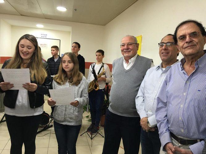תלמידת קרית החינוך למדעים מוקירות את המורים שלהן בפני פמליית ראש העיר