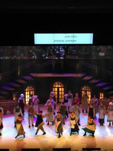 """ההצגה """"מושלמת"""" לאוכלוסיות המיוחדות, כולל כיתובי הטקסט על מסך גדול"""