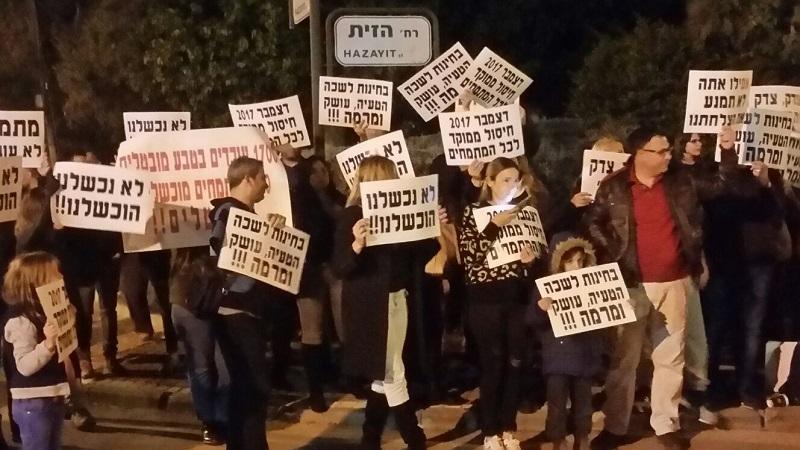 הפגנת מתמחים מול ביתו של עורך הדין אורן אבלה