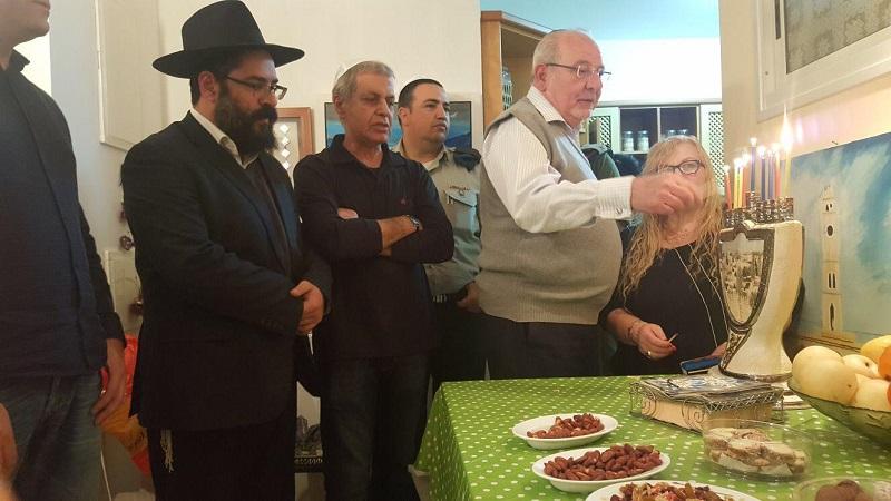 רחמים מלול עם משפחתו של רס״ן שלומי כהן ז״ל