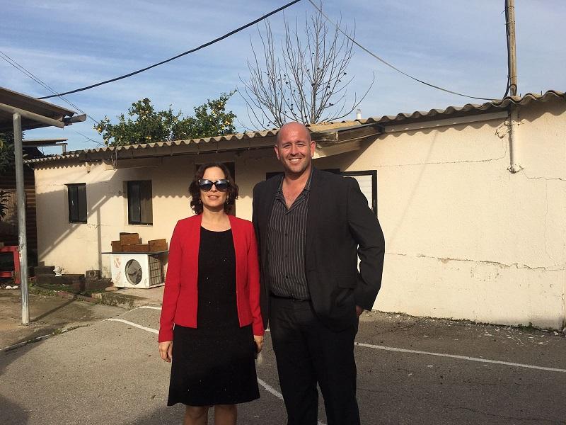 """עו""""ד אורן אבלה וחברת הכנסת רחל עזריה בסיורם במועצה האזורית גזר"""