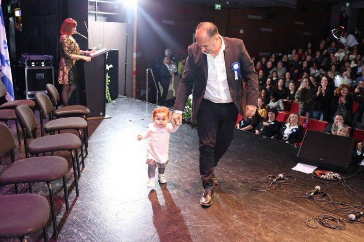 איציק עובדיה מגיע לקבל את האות עם בתו הקטנה