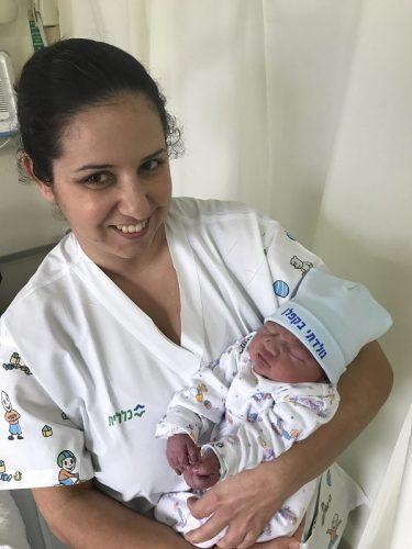 אחות התינוקייה יערה שאוליטש עם התינוק הראשון של 2018 בקפלן