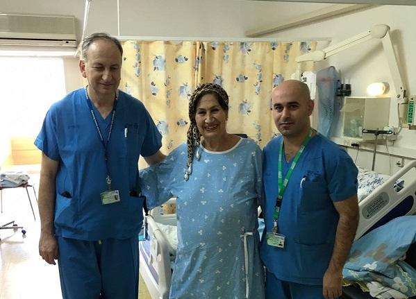 לובה יעקובוב עם הצוות הרפואי בקפלן (צילום: אופיר לוי, דובר בית החולים קפלן)