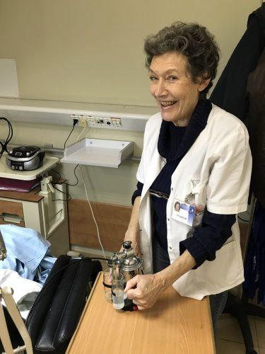 לורה אלקבץ בחדר הטיפול הקוסמטי (צילום: אופיר לוי, דוברות קפלן)