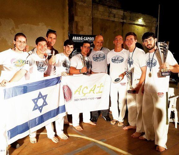 מיקי עם התלמידים והמאסטר אחרי זכייה באליפות הים התיכון ביוון