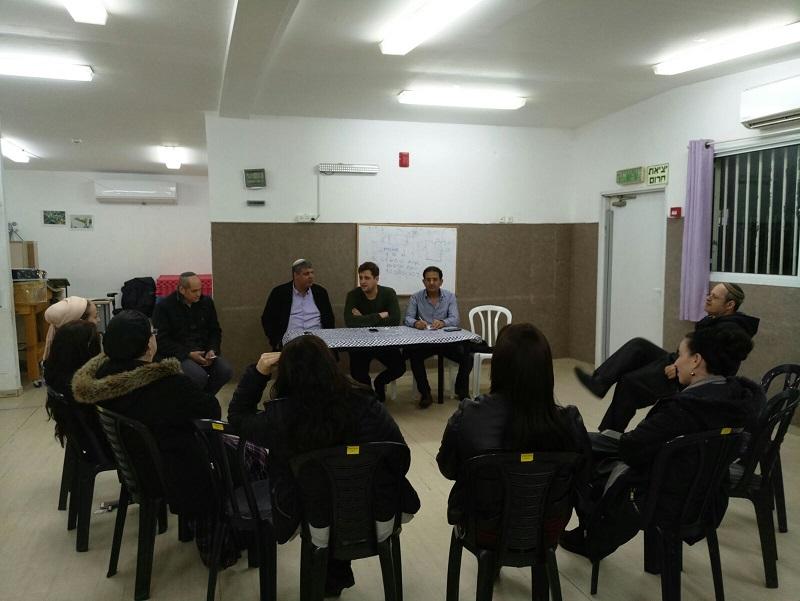 יניב מרקוביץ', צביקה מדהלה ואמיתי כהן במפגש עם התושבים במרכז קהילתי תנופה