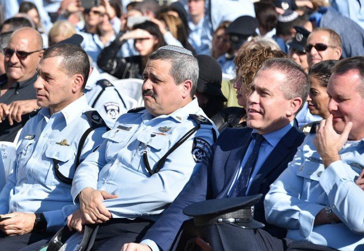 """השר ארדן והמפכ""""ל אלשיך במהלך טקס חילופי המפקדים במחוז מרכז (צילום: דוברות המשטרה)"""