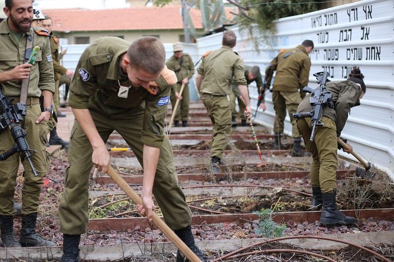 חיילי פיקוד העורף בשכונת אושיות (צילום: דורית גוזי)
