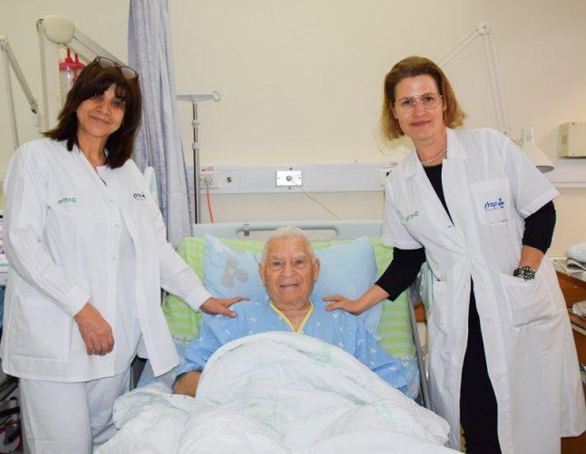 אייזיק קליין והצוות הרפואי בכירורגיה פלסטית (צילום: אפרת שררה, בית החולים קפלן)