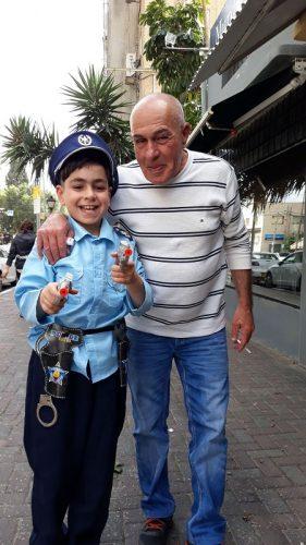 אלמוג מכיתה ג' בבית הספר סמילנסקי, עם אבא המכונה קוקו