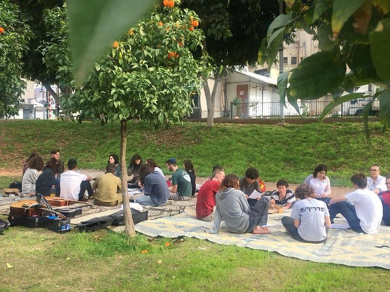 קבלת שבת משותפת בגן המייסדים (צילום: תוואי פלג)