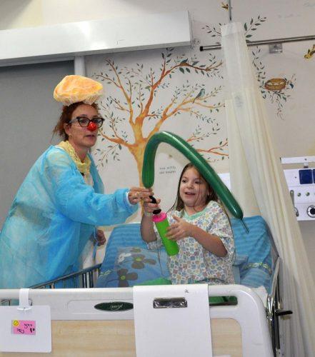 הליצנית הרפואית ענת זוננפלד במהלך ליווי לחדר הניתוח של הילדה נועה סאינה (צילום: אפרת שררה, בית החולים קפלן)