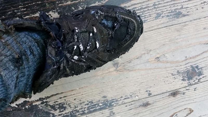 הנעל והמכנס לאחר שהתלקחו