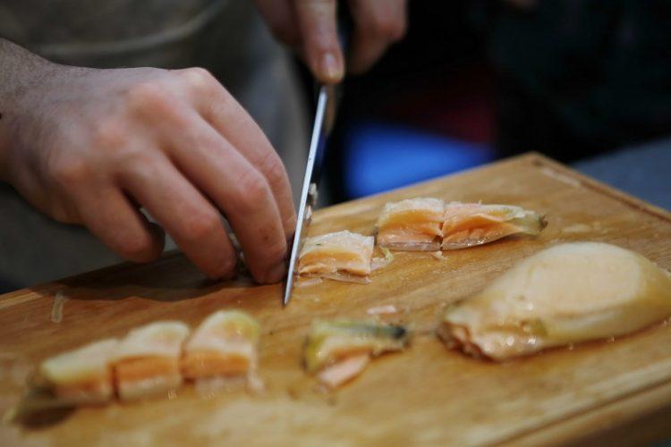 שף גיום איסקנדר בסניף לגעת באוכל ברחובות (צילום יוני רייף)