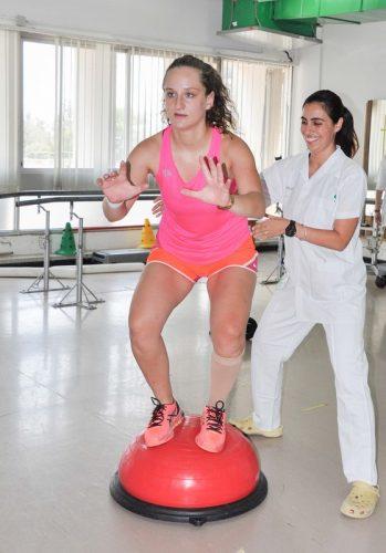 אלינה ז'ולקובסקי עם הצוות הרפואי בשיקום אורתופדי (צילום: אפרת שררה)