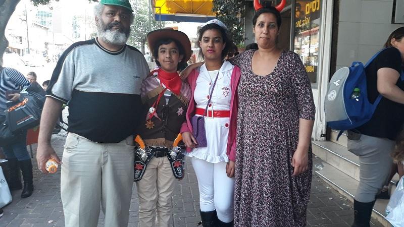 משפחת ידומי: אמא סימה עם סתיו, ליאב ואבא יגאל
