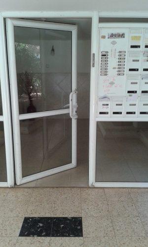 דלת הלובי הפתוחה